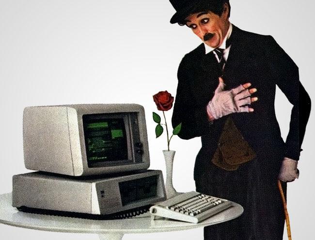 Charlie Chaplin olhando um PC da IBM
