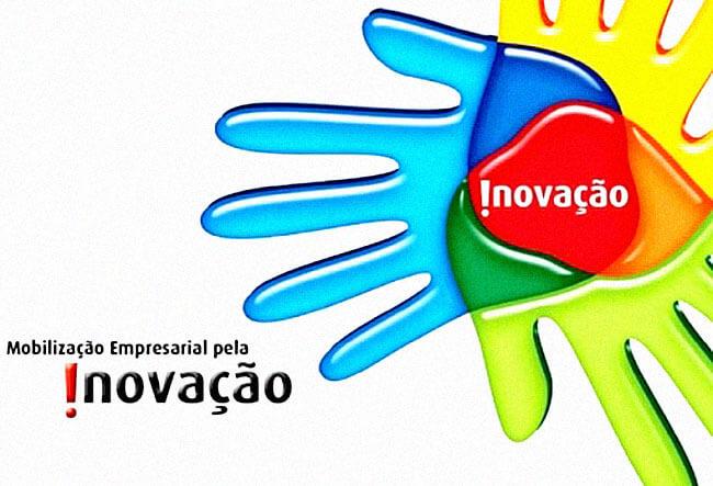 Mãos formando a logo da Fiec sobre um evento de inovação